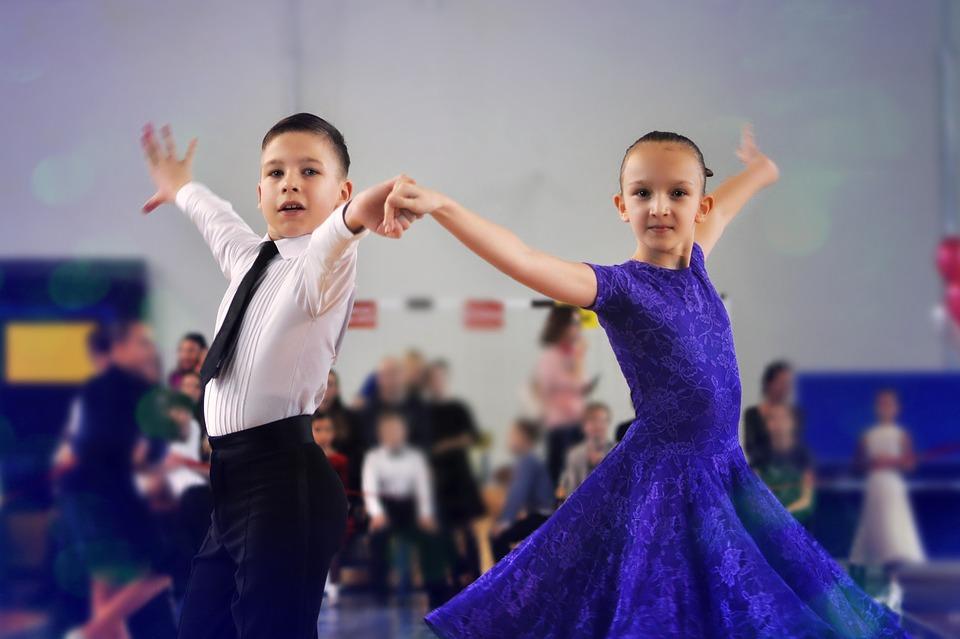 bimbi che ballano